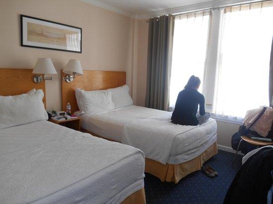 Hotel Stratford: Chambre, côté rue (très claire)