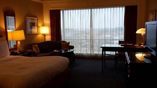 JW Marriott Hotel Surabaya : Kamarnya luas, bagus dan bersih