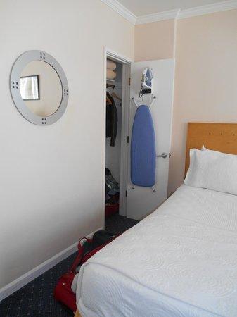 Hotel Stratford: Chambre (unique placard, avec table & fer à repasser)