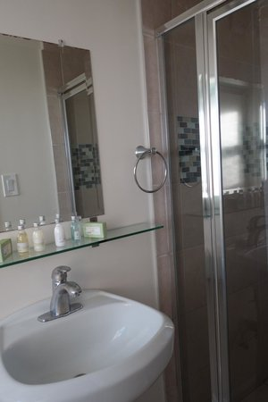 Venice On The Beach Hotel: clean bathroom