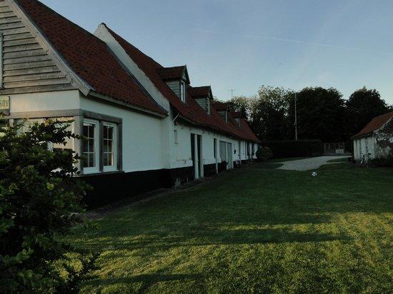 La Fermette du Lac : Vue du logis avec les chambres d'hôtes + entrée dans la propriété