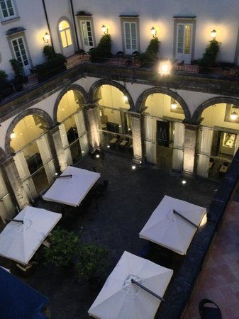 Palazzo Caracciolo Napoli MGallery by Sofitel : Peaceful inner courtyard (with view to restaurant)