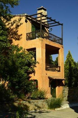 Enagron Ecotourism Village: eines der Häuser mit zwei Einheiten