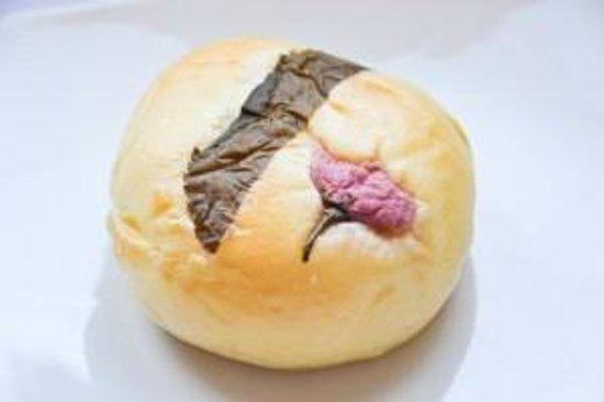 Aki Boulanger : Brioche Sakura : pate haricot rouge et fleur de cerisier