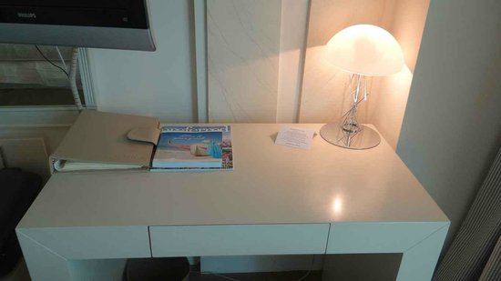 NJV Athens Plaza: The working desk in the room