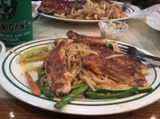 Flanigan's Seafood Bar and Grill: pates au poulet grillé