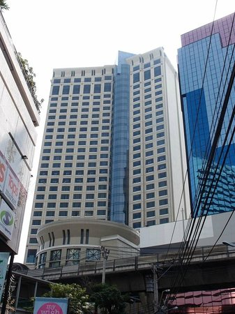 Sheraton Grande Sukhumvit, A Luxury Collection Hotel: 対面にあるWestine側からみたSGHB