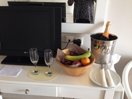 Kassandra Bay Resort & SPA: A bottle of wine on arrival.