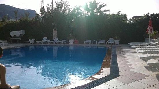 Sun & Sea Apartments : piscina