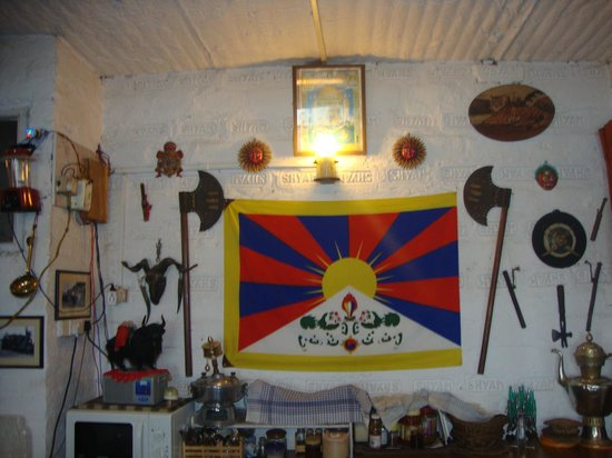 Snow Lion HomeStay : Some antiques in the dining room
