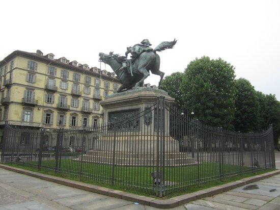 Quadrilatero Romano : Памятник в центре пьяцы Сольферино