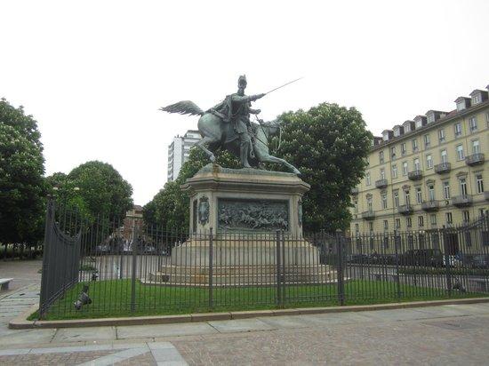 Quadrilatero Romano : Конная статуя. Площадь Сольферино