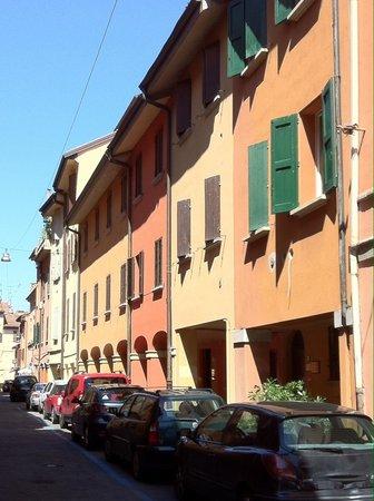 Hotel Porta San Mamolo : In primo piano la dependance mentre l'hotel è in fondo al portico