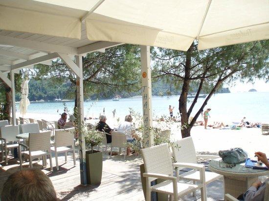 Koukounaries Beach : Beach taverna