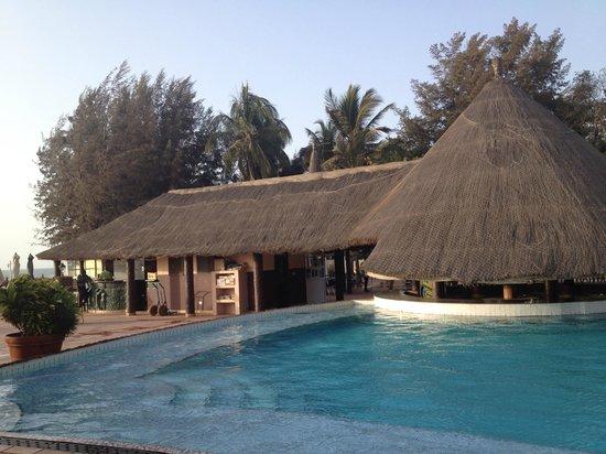 Senegambia Beach Hotel: Zwembad met bar