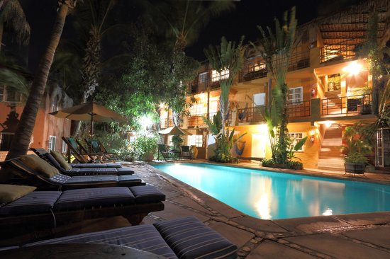The Bungalows Hotel: Pool at night