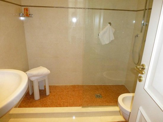 Hotel Roma e Rocca Cavour: Bad mit italienischer Dusche