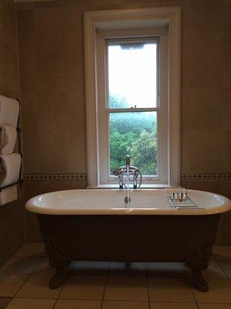 Nutfield Priory Hotel & Spa: Baño Suite Byron