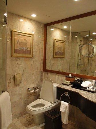 JW Marriott Hotel Bangkok: バスタブ・シャワーブースは別