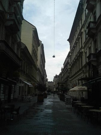 Entre Amis Apartments Budapest: View down the street to the Opera House (Hajos utca). Apartment is just to the left of this pict
