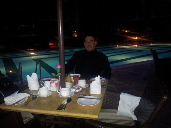 Southern Sun Mayfair Nairobi : Early Breakfast by th poolside