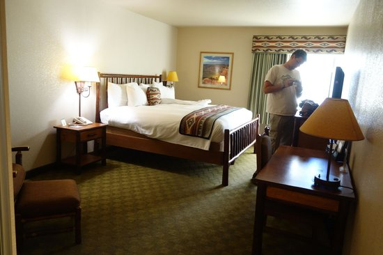 Hualapai Lodge : huge king bed and very large room with lots of floor space