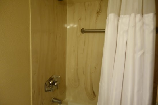 Hualapai Lodge: clean shower and bathroom