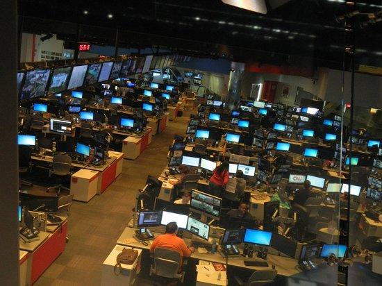 CNN Studio Tours : team working on news before brad cast