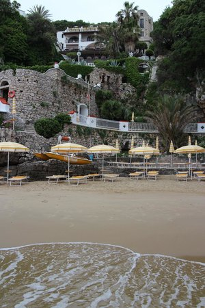 Grand Hotel Le Rocce: View from the beach of the Hotel