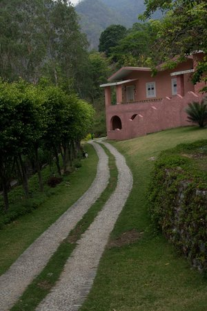 The Solluna Resort: rooms and path