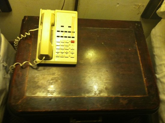 Regency Inn of Oxford: Phone on night stand between double bed