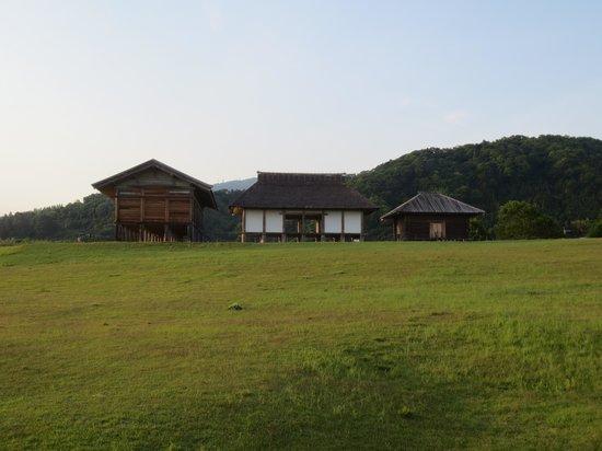 Hirasawa Kanga Ruins: 復元された3つの高床式倉庫