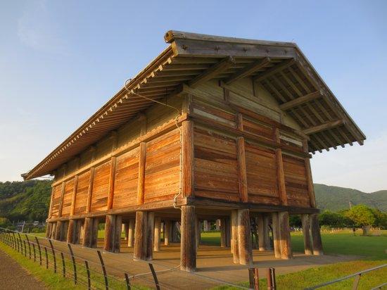 Hirasawa Kanga Ruins: 復元された高床式倉庫