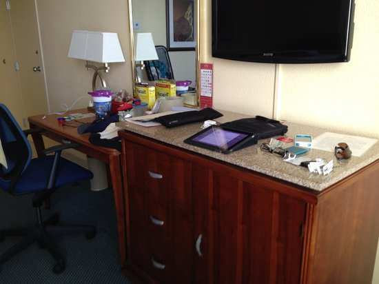 Ramada Kissimmee Gateway: Desk-TV area in tower room
