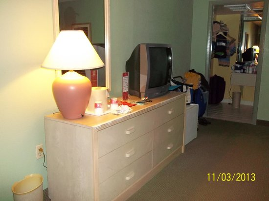 Ramada Kissimmee Gateway: Dresser in Motel room