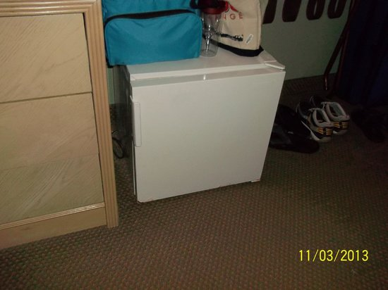 Ramada Kissimmee Gateway: Small refrigerator in motel room