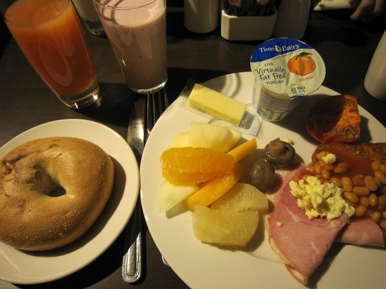 DoubleTree by Hilton Hotel London - West End: 種類豊富でおいしい朝食