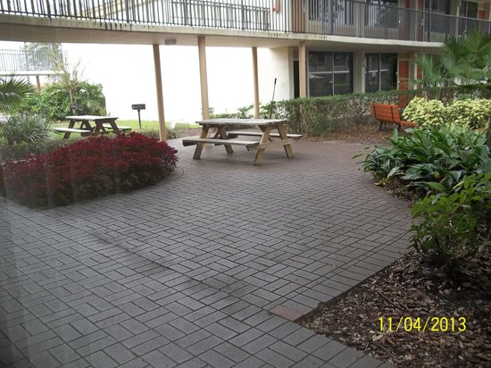 Ramada Kissimmee Gateway: View from ground floor motel room/picinic area