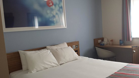 Travelodge Llanelli Central : Bedroom