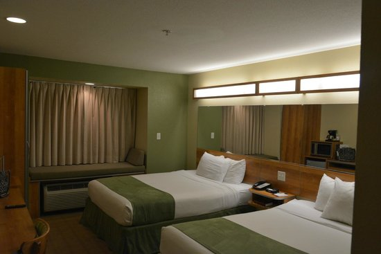 Microtel Inn & Suites by Wyndham Saraland/North Mobile: Room Photo 1 - Nice Lighting and Mirrors