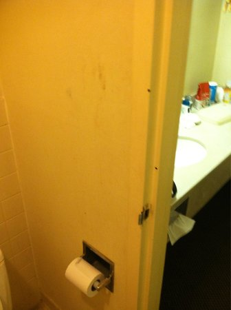 Regency Inn of Oxford: Grime on walls in bathroom... A 1.99 bottle of degreaser or contract with housekeeping would tak