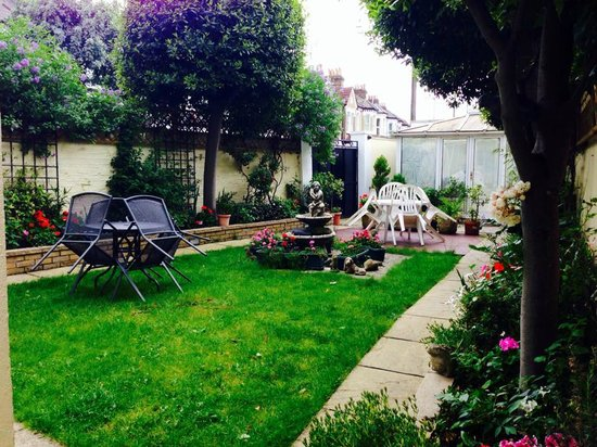 The Lavender Guest House: Lovely backgarden