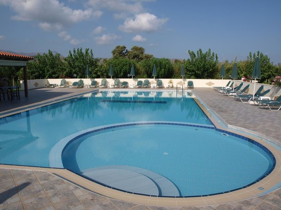 Mediterranean Studios Apartments: piscina