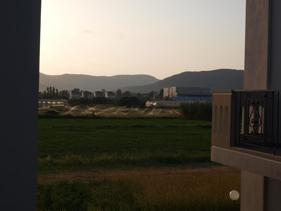 Mediterranean Studios Apartments: campagna circostante la struttura