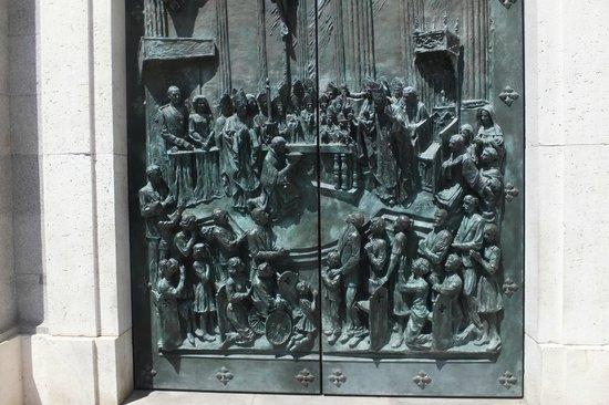 Catedral de Sta María la Real de la Almudena : Beautiful doors.