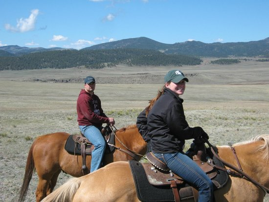 Badger Creek Ranch: Wrangler and Guest enjoying ride