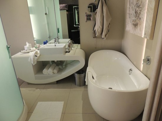 Cape Town Marriott Hotel Crystal Towers: Bath and Vanity