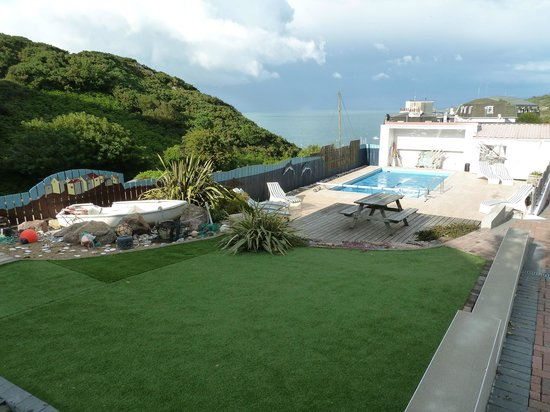 Undercliff Guest House: The swimming pool and sunbathing area