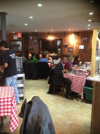 Grimaldi's Pizzeria: Quaint feel to the restaurant.