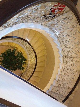 Virginia Palace Hotel: La bella scalinata interna